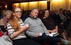 Raymond Johansen mellom to Østensjødamer som var illsinte for tre år siden: Kjersti Eidem Dyrhaug (t.v.) og Kristin Lund. Foto: Bjarne Røsjø.