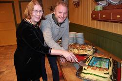 Årets høstmøte-kake hadde motiv fra den kommende Sørli besøksgård. Helga Gunnarsdóttir og Raymond Johansen tok den første biten sammen. Foto: Steinar Saghaug.