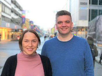 Seksjonsleder for hjemmetjenester i Tromsø kommune Annie Skoglund og grafisk designer Tor Åge Vorren i Røst kommunikasjon.