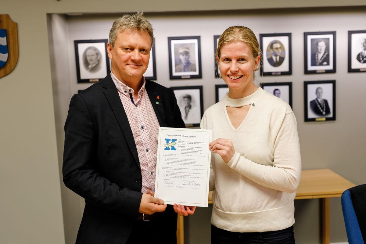Harstad undertegnet avtalen som Klimapartner. På bildet er fylkesråd Ivar B Prestbakmo og varaordfører Maria Fjellstad. Foto: Øivind Arvola