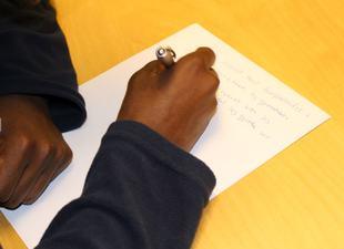 hånd som skriver til Sendte angerfylt brev
