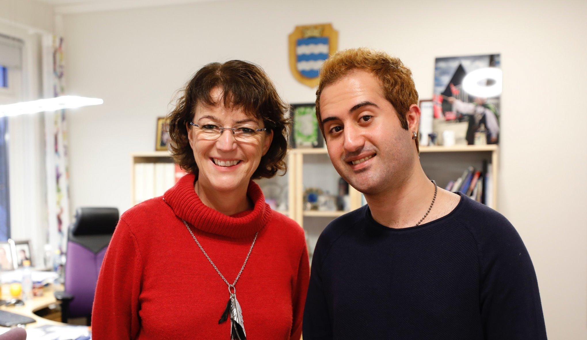 Ordfører Marianne Bremnes og fribymusiker Nikan Khosravi. Foto: Øivind Arvola