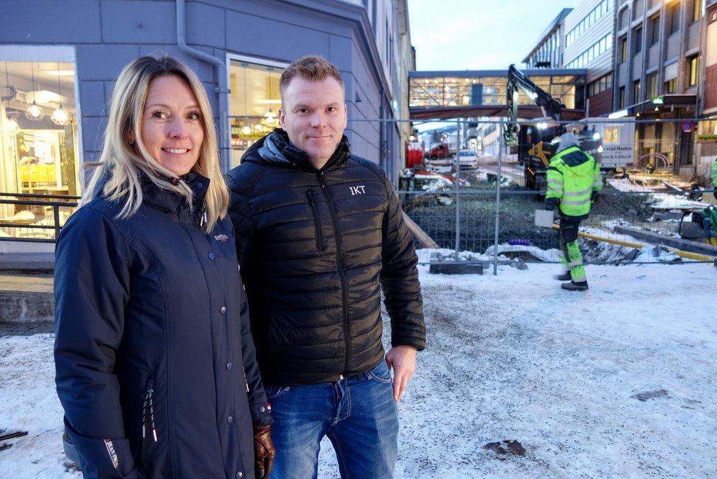 Digitaliseringsleder Monica Larssen i Harstad kommune og Stian Antonsen, leder for brukerstøtte i IKT-avdelingen i Harstad kommune i setrum av Harstad. Snart blir det gratis Wi-Fi for alle. Foto: Øivind Arvola