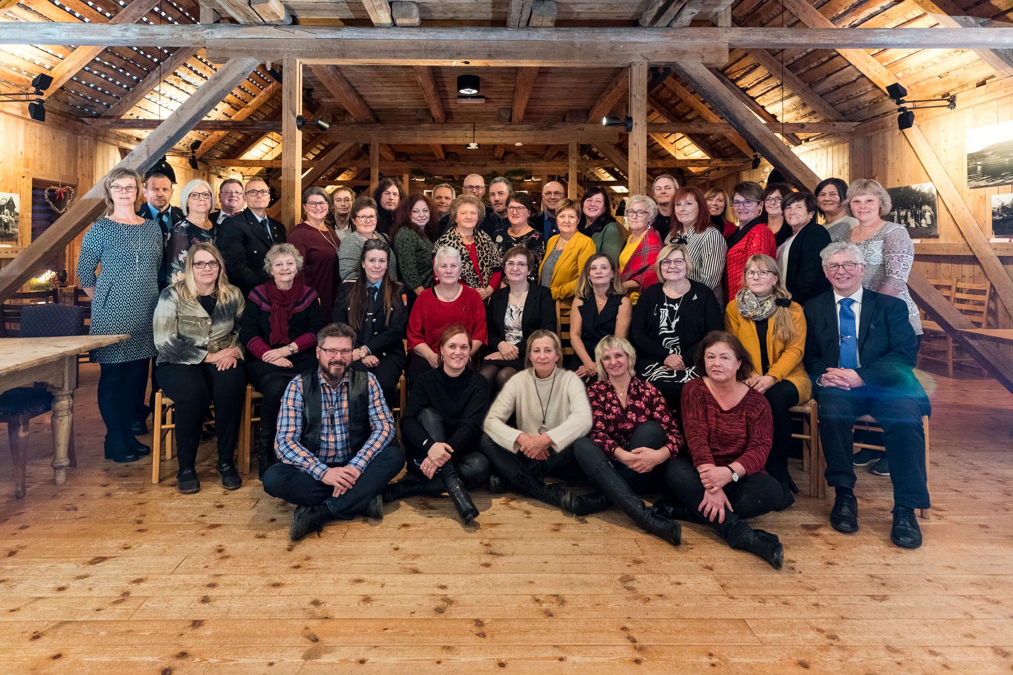 På bildet ser man en knippe av jubilantene, sammen med rådmann Hugo Thode Hansen, kommunalsjefene Henry Andersen og Rita Johnsen samt personalsjef Max Jenssen. Foto: Øivind Arvola.