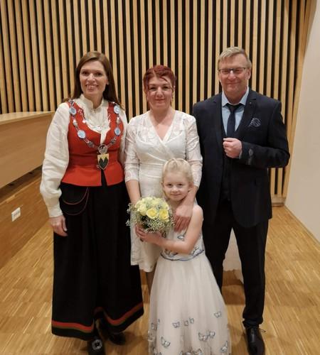 Bilde av brudeparet Karlsen med ordfører og Karlsens datter