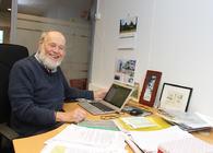 Per Flatberg kunne vært pensjonist i en alder av 81 år, men går fortsatt på jobb fem dager i uka i Naturvernforbundet. Foto: Bjarne Røsjø, ØV.