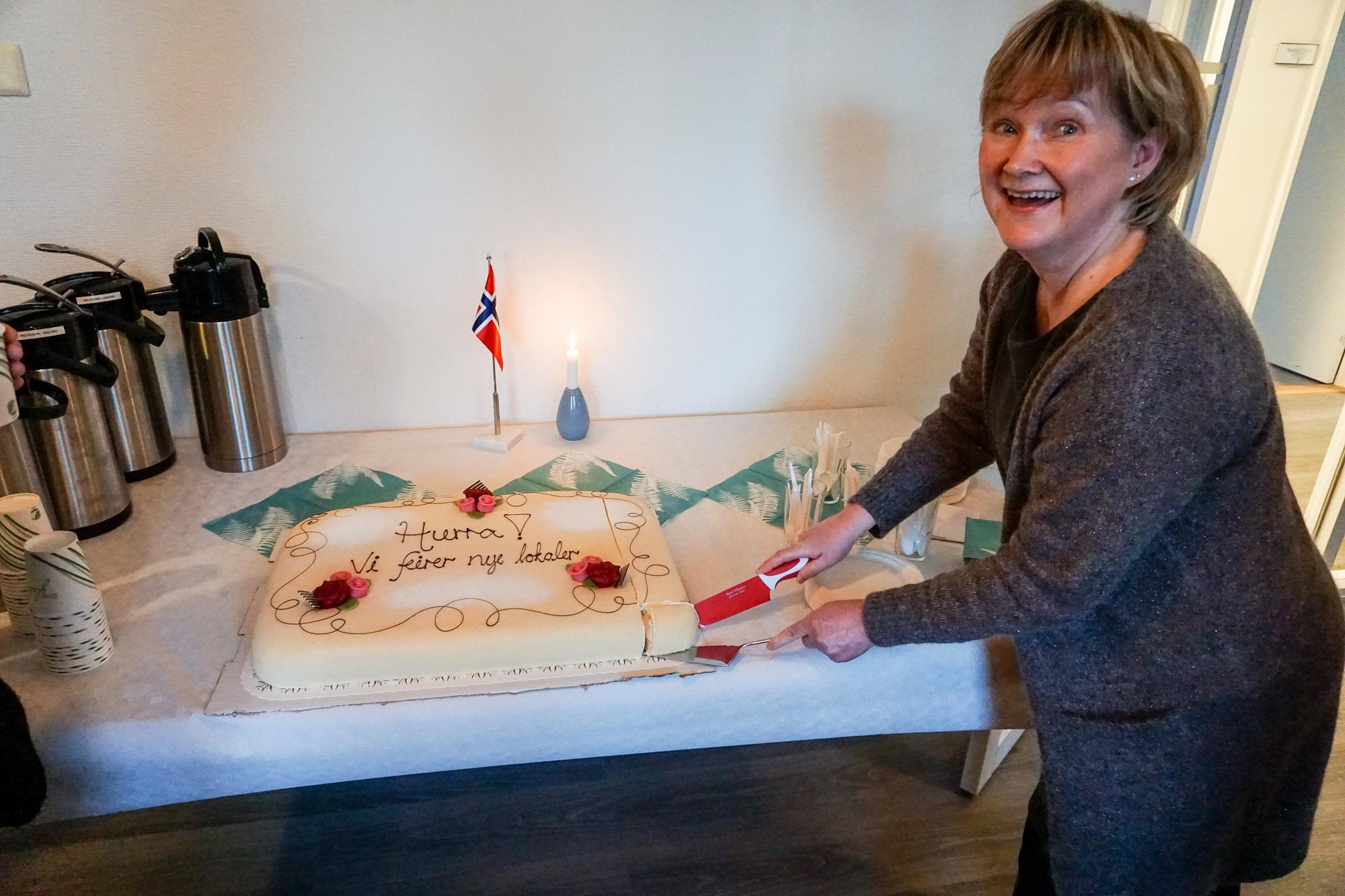 Enhetsleder for hjemmetjenester, Sissel Fenes klar til å servere kake.