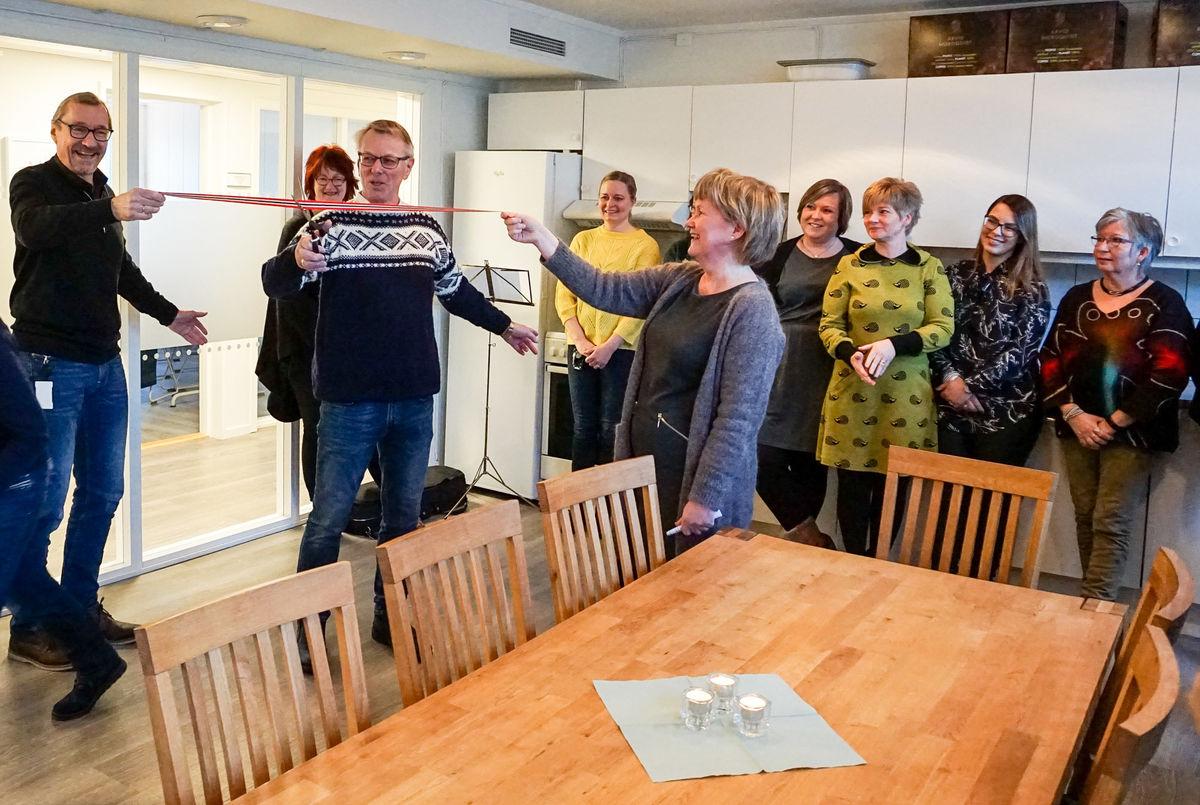 Kjetil Bjørkelund fikk æren av å klippe snora. Enhetsleder for heldøgns omsorg, Baard Haugen og enhetsleder for hjemmetjenester, Sissel Fenes holdt i snora.