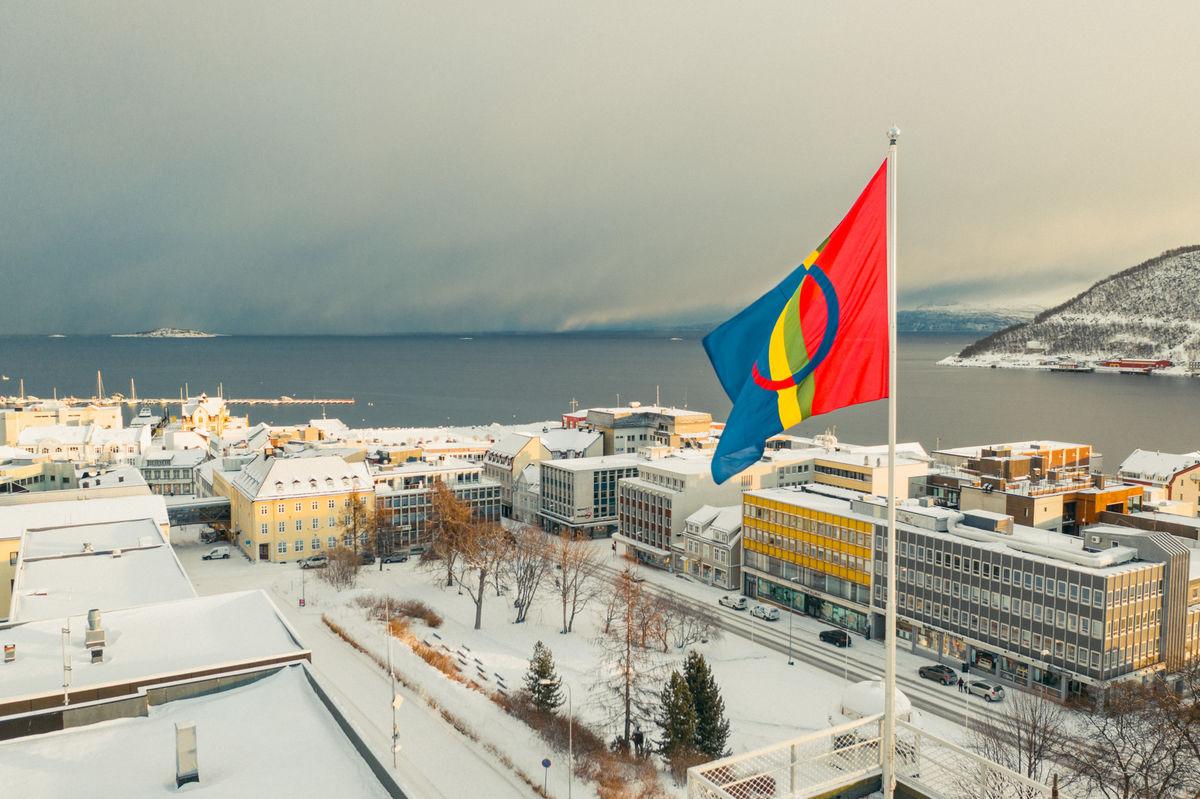 Det samiske flagget vaier over Harstad. Foto: Øivind Arvola