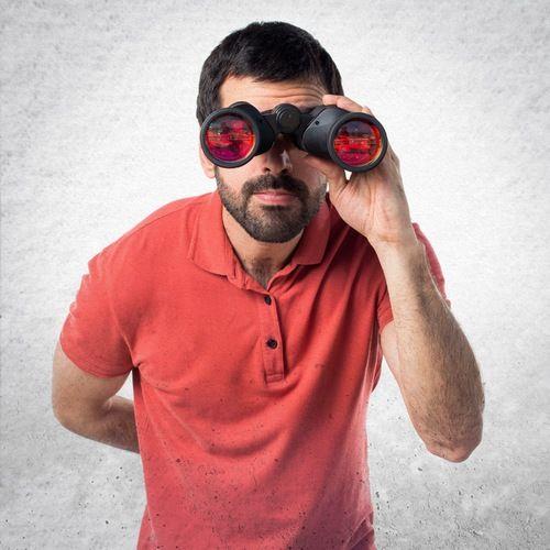 Bilde av mann med kikkert