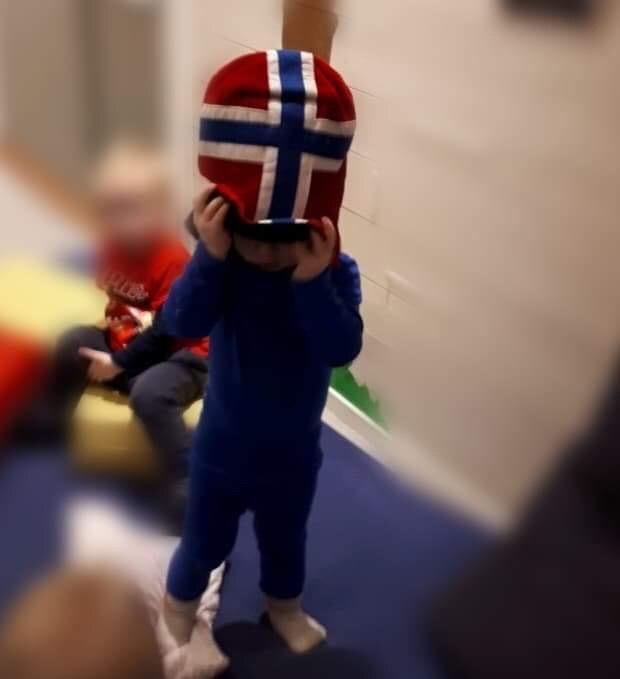 barn med flagghue på hovudet