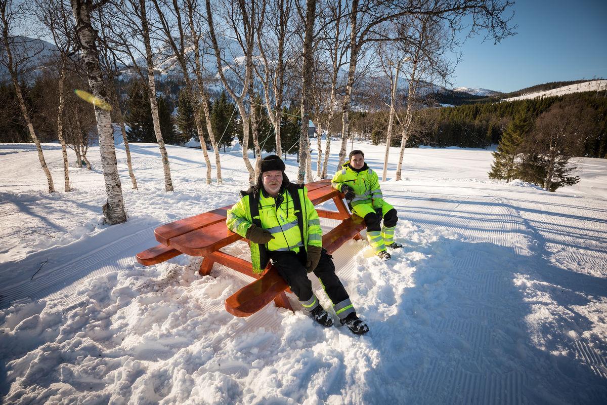 Odd Petter Eliassen (foran) og Say Doh Moo Nyo er fornøyd med plasseringen av benken her i Kilbotn. Foto: Øivind Arvola