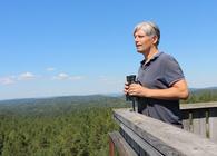 Ola Elvestuen var på befaring i Østmarka sommeren 2018, og studerte de potensielle nasjonalpark-områdene fra toppen av branntårnet på Kjerringhøgda. Foto: Bjarne Røsjø.