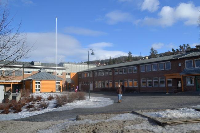 På bildet vises Enger skole sett utenfra.