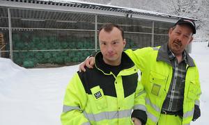 Bebuarar ved Åheim bufellesskap på Dalen tek seg av tomgodset for Raudekrossen i Tokke. Harald Utigard (t.h.) og Mathias Sogn Dahle. Tilsette Rønnaug Vistad og Sigrid Råmunddal.