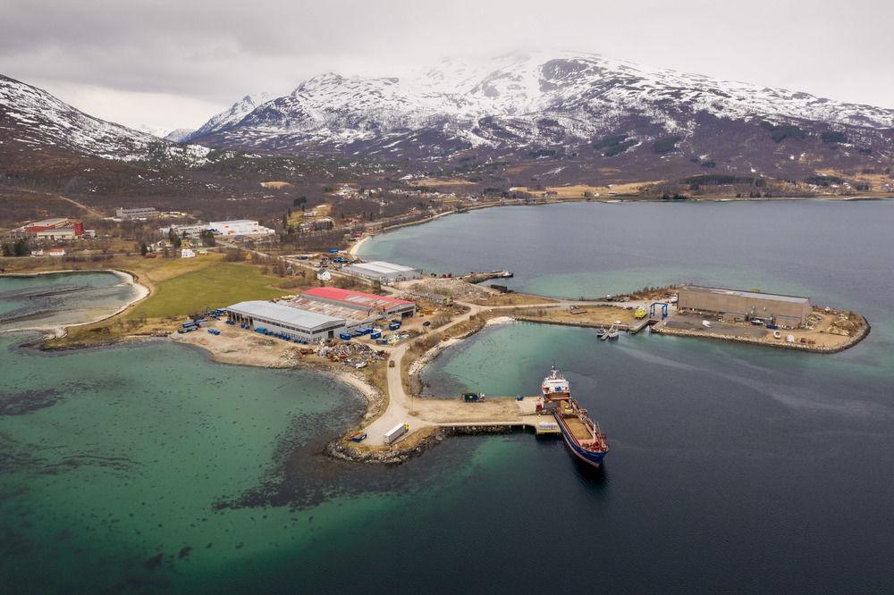 Plassering: Drivstoffanlegget skal ligge like ved krysset midt på bildet. Foto: Øivind Arvola