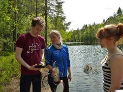 Studenter på kurs ved Solbergvann: Per-Fredrik Rønneberg Nordhov, Sofie Kjendlie Selvaag, og Linn Agnete Hunskår. Foto: Gunnhild Riise.