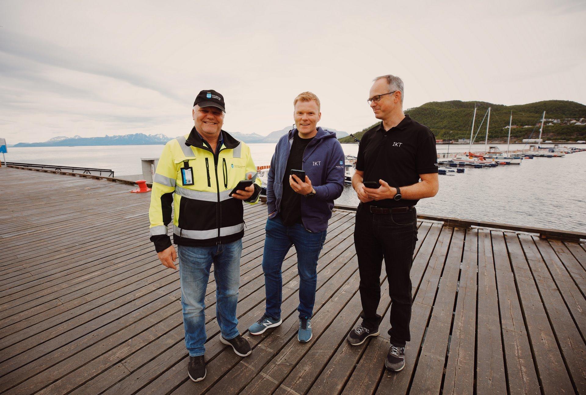 Havnesjef Ivar F Hagenlund (t.h.), Stian Antonsen og Hans Eidnes fra Harstad kommunes IKT-avdeling.