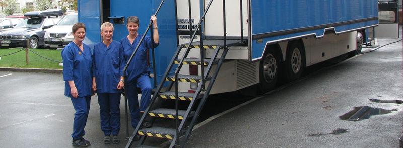 Mammografibussen med tre radiografar utfor