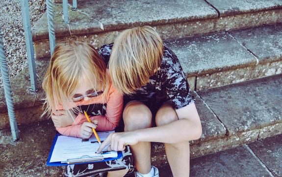 Bilde av to barn i en trapp