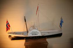 Skroget i modellbåten ble konstruert av nedhøvlede persiennespiler som ble bundet sammen med bittesmå nagler. Foto: Knut Gransæther.