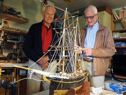 Modellbåtbyggeren Knut Gransæther og Arne Egil Sagen fra Sarabråtens venner i verkstedet på Hurum, mens de studerer et av Gransæthers restaureringsprosjekter. Foto: Bjarne Røsjø.