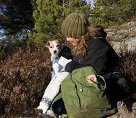 Marianne Mikalsen bor på Lambertseter i Oslo og går noen mil i Østmarka hver uke. Her er hun fotografert på Kristenseteråsen sammen med Fantas datter Funky, som også er en parson russel-terrier. Foto: Bente Lise Dagenborg.