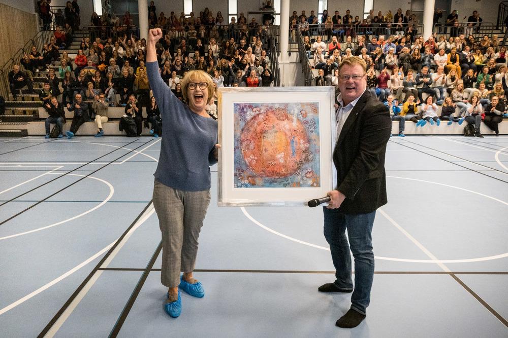 Marith Myrstad fikk prisen av rådmann Hugo Thode Hansen under et arrangement i regi av HMS-festivalen i Harstad kommune, der Jørgen Skavlan holdt foredrag. Foto: Øivind Arvola