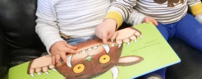 Barn leser i bok