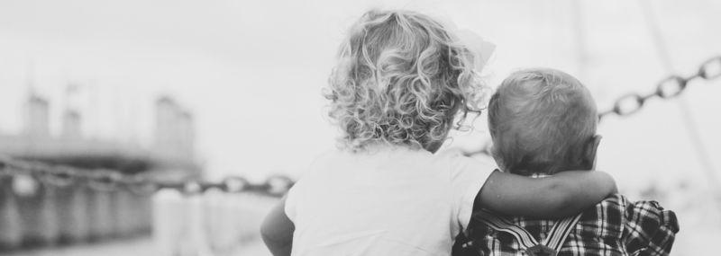 To barn, det største holder rundt det minste  - foto