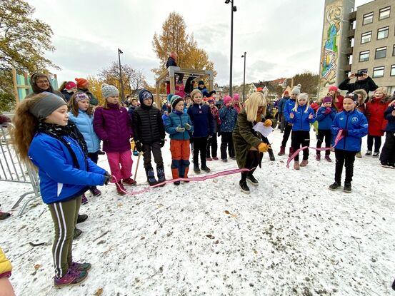 Kari-Anne Opsal klippet snora da lekeparken ble reåpnet etter en oppgradering. Rundt 200 barn var til stede. Foto: Øivind Arvola