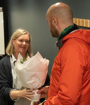 TV-aksjonen - Sparebank vest ved teljar Siv Randi Skard får blom og takk for god hjelp gjennom mange år.