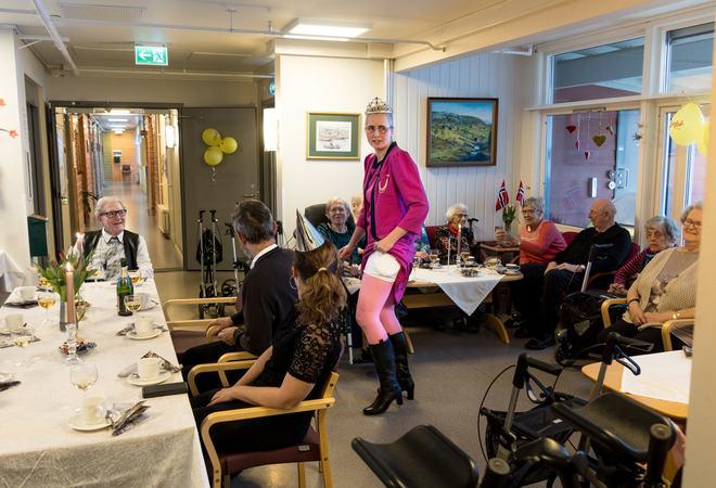 Dronning Margrethe, i Lill Kirsti Sandviks skikkelse, hadde tatt alle forholdsregler - og utstyrt seg med Ytterstadtrusa. Foto: Øivind Arvola