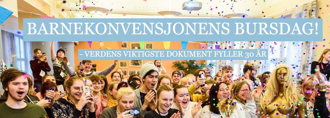 Bilde av glade ungdommer som feirer