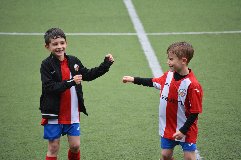 To gutter på fotballbanen