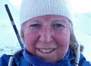 Fantastiske folk og unik natur gjer at konfliktrådsmeklar Kristin Furu Grøtting trivst svært godt på Svalbard
