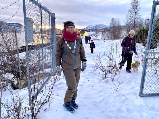 Ordfører Kari-Anne Opsal åpnet portene for Stien langs sjøen  på gamle Esso-tomta, som kommunen og havna har overtatt. Foto: Øivind Arvola