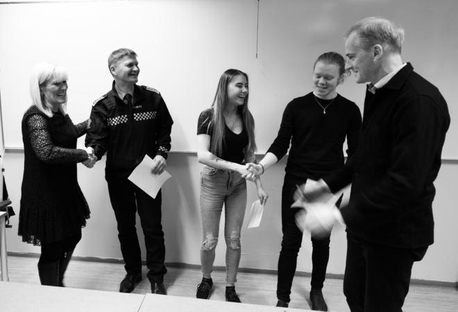 Ordfører Kari-Anne Opsal, Frank Sletten fra politiet i Harstad, russepresidentene Maiken Wiik og Emil Sverrisson og partileder i Ap, Jonas Gahr Støre markerer at avtalen ert underskrevet. Foto: Øivind Arvola