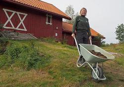 Ragna Kronstad i full gang med driften på Sørli gård.