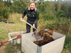 Tidligere på dagen hadde Sørli gård hatt besøk av skolebarn som blant annet skulle hjelpe til med å lage kompost.