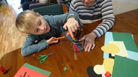 barn og eldre teiknar