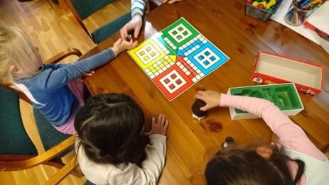 barn og eldre spelar ludo