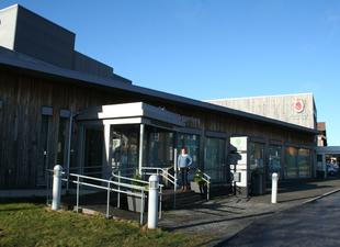 Gunhild Kristiansen på Innbyggertorget på Nodeland, i nye Kristiansand kommune, ønsker konfliktrådet velkommen til å bruke lokaler  til meklingsmøter.