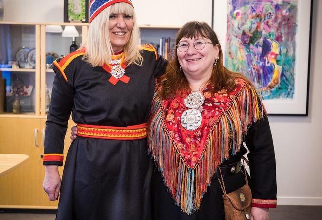 Ordfører Kari-Anne Opsal sammen med Tone Elvebakk som har sydd koften. Foto: Øivind Arvola