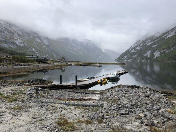 Hellemofjorden, tåke, stille hav og småbåter