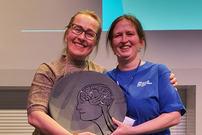 Fagrent-leder Merethe Forfang og Fagrent-ansatt Anne Pauline Eriksen poserer for fotografen med prisen.