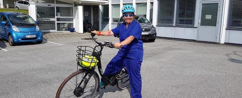 dame ved sykkel - foto