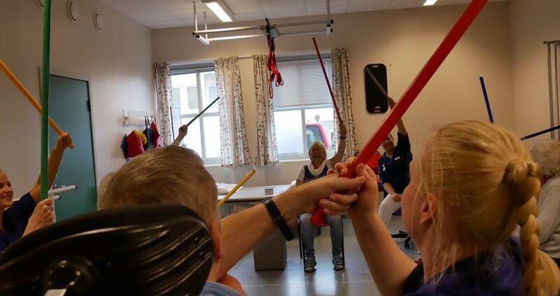folk trenar med armane - rehabilitering- foto