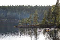 Østmarka er blant annet et eldorado for padlere, som her på Mosjøen. Foto: Espen Bratlie.
