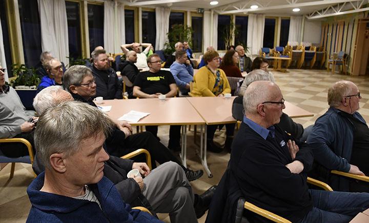 OPPMØTE: Rundt 40 hadde møtt opp mandag kveld for å delta i folkemøtet. FOTO: TORBJØRN KOSMO